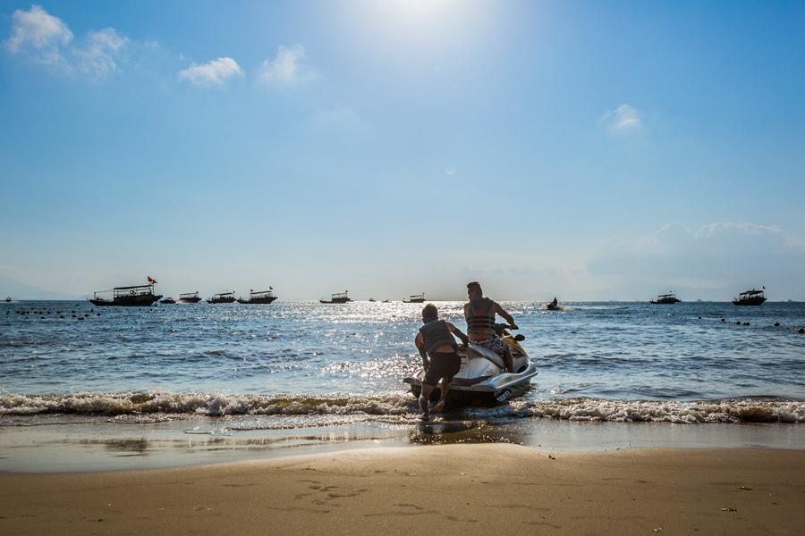 Tips: 1、酒店康体中心包括10000平方米的纯天然沙滩浴场、海上摩托艇、室内恒温游泳池和室外无边际泳池。 2、客房内有厨房,推荐自带厨具,然后至当地海鲜市场采购海鲜做一顿居家式的海鲜大餐,平价又美味。 3、巽寮湾渔业非常发达,来到这里一定要出海一次,做一回真正的渔民,体验收获的快乐。