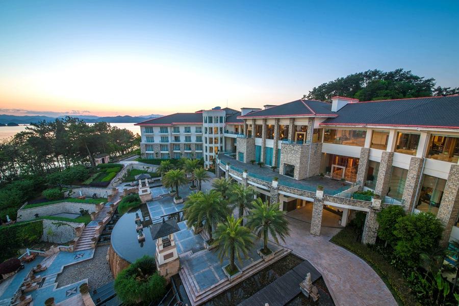 千岛湖开元度假村位于风景名胜区千岛湖,临水依山而建,珍藏天然半岛的