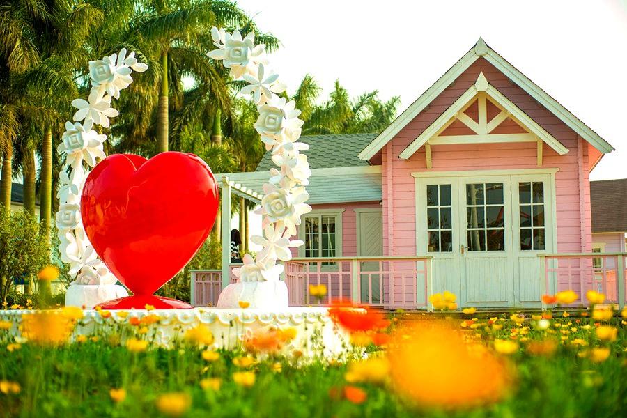 园中有各种欧式城堡,小屋和卡通人偶,风情满满,置身其中仿若到了