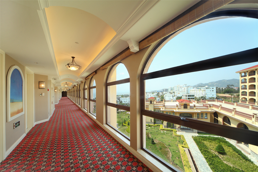 酒店客房走廊采用单廊设计,穹顶尽显欧式的大气磅礴,透过拱形的落地窗