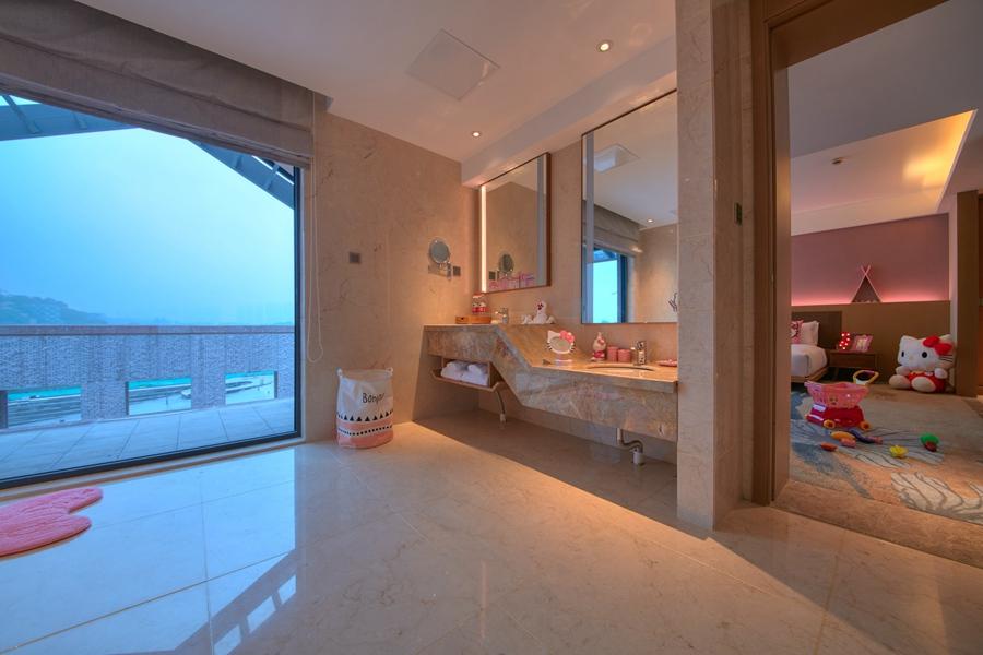部分房间的卫生间不但空间宽阔,还有全景落地窗供你欣赏湖景,面对如此