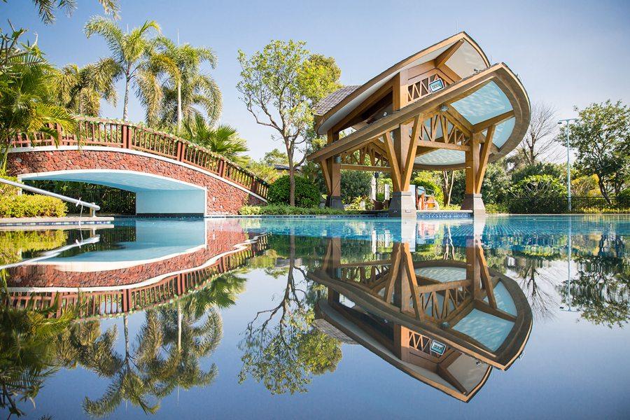 1、凡住客均可尊享免费畅游三大游泳池(儿童池、大泳池、按摩池); 2、宝墩湖边有长达1公里的沿湖林荫道,漫步湖边,悠闲惬意; 3、栖于湖畔的湖山温泉中心设有仙侣区、中华养生区、活色生香区、英德文化区、特色主题区五个区域,共有36个露天温泉池。