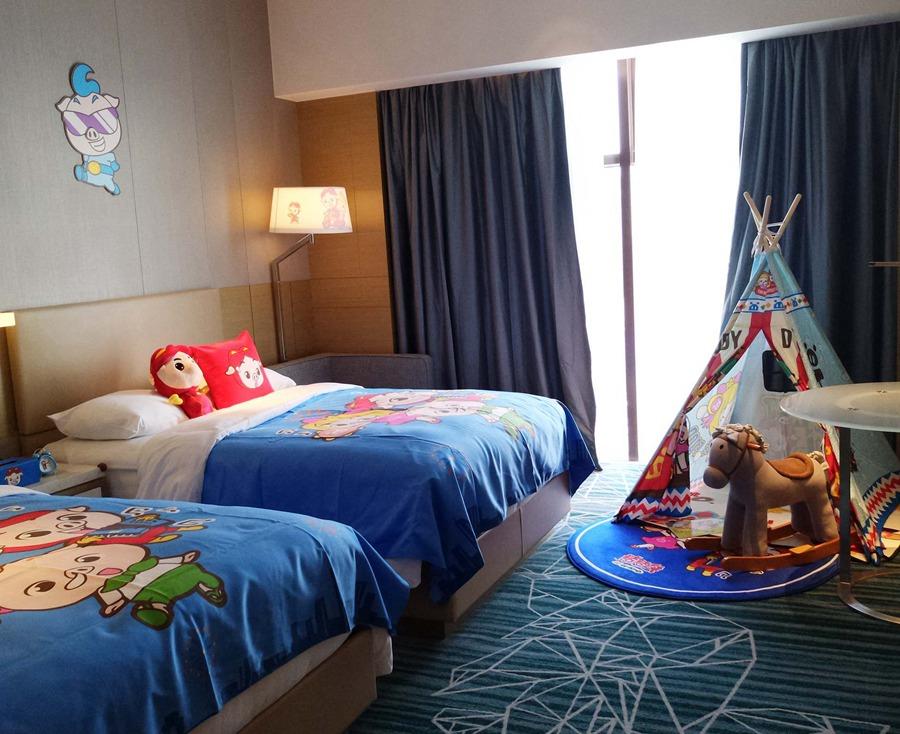 房间内还设置了猪猪侠主题抱枕和玩偶,猪猪侠主题小帐篷,摇摇马等儿童