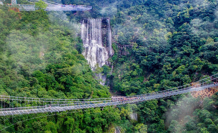 古龙峡玻璃桥全长约329米,桥上2个港湾式透明观景凸台位于宽处,和ufo