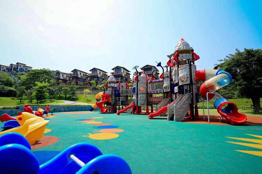 室外的儿童乐园是孩子们玩耍的好地方,带上孩子们出游,无需担心会无聊
