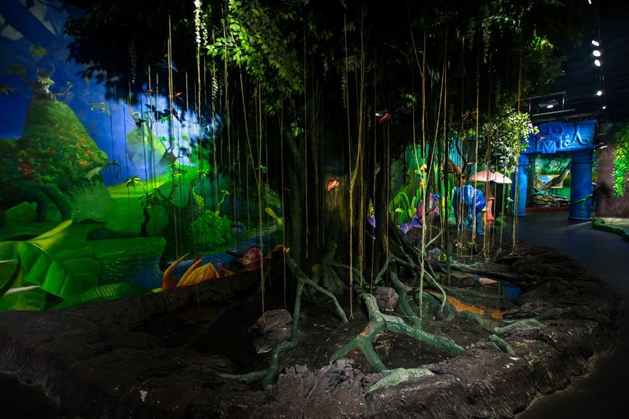 广州 mag环球魔幻世界  参天大树上挂着星罗棋布般飘浮的蝴蝶水晶球
